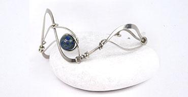 Ručně tepaný náramek zdobený korálkem z Lapis Lazuli